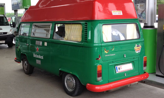 Komplett im Heineken Grün gehalten - Hippie Mobil